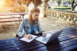 come scrivere una premessa tesi ragazza portatile